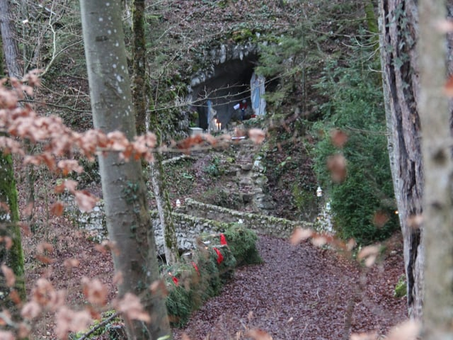 Die Mariastatue in der Lourdes-Grotte Laupersdorf im Wald.