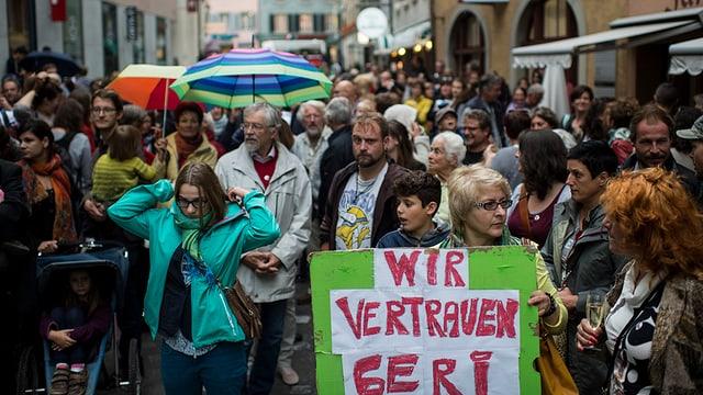 Menschen versammeln sich an der Solidaritätskundgebung «Geri bleibt!» vor dem Stadthaus in Baden.