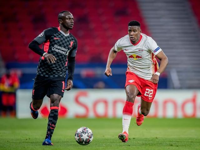 Sadio Mané gegen Leipzigs Nordi Mukiele.