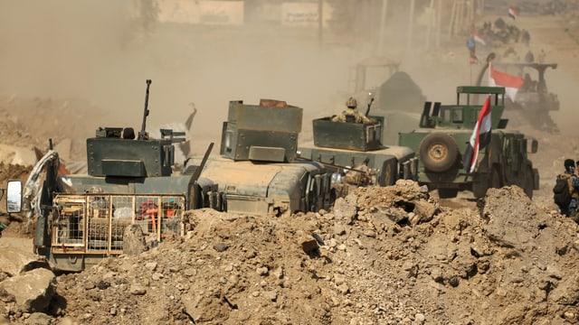 Panzer auf dem Weg zum Flughafen.