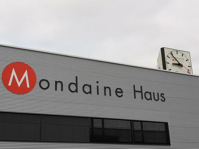 Fabrikfassade mit Aufschrift «Mondaine Haus».