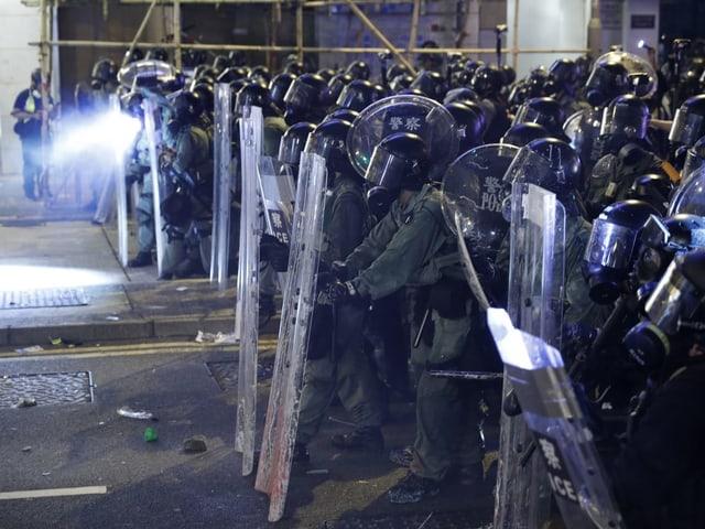Dutzende Polizisten mit Schilden