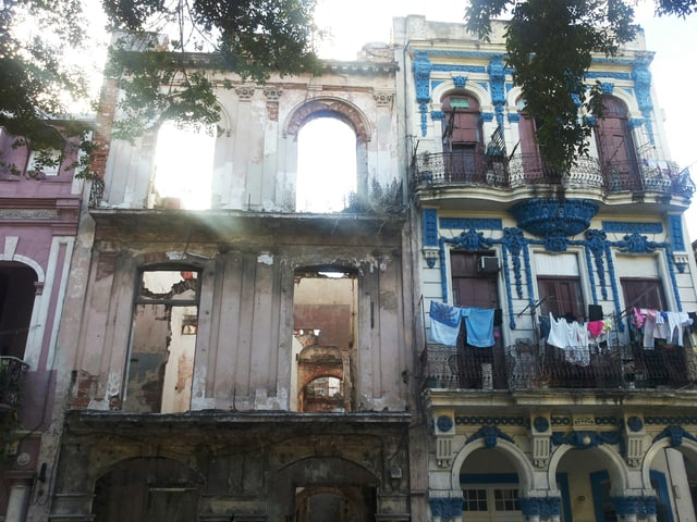 Ein Bild einer Fassade in Havanna: Pracht und Zerfall sind nebeneinander.