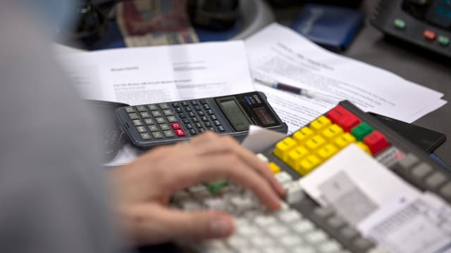 Aufnahme einer ruhenden Hand auf einer Computer-Tastatur.