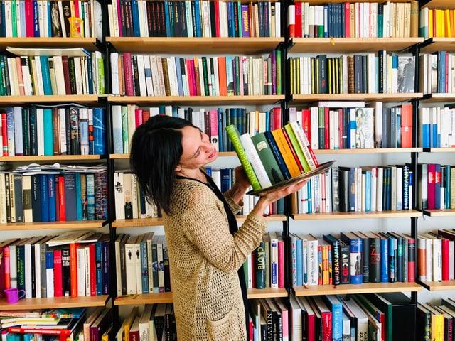 Annette König hält 9 Bücher auf einem Silbertablett