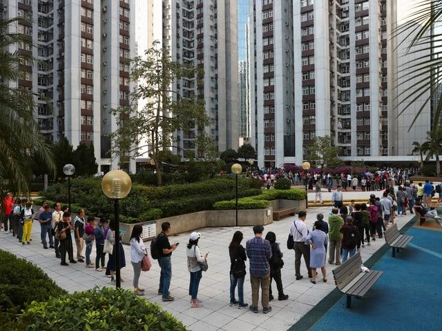 Menschenschlange vor einem Wahllokal.