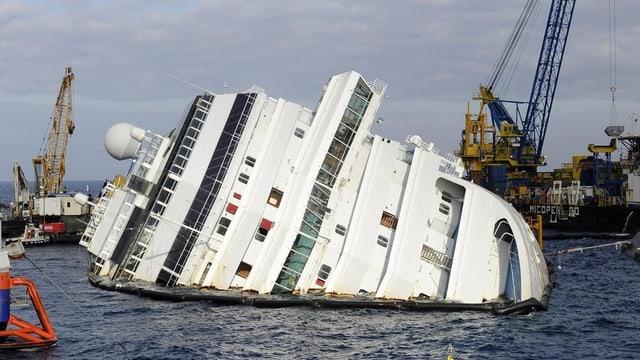 Il bastiment Costa Concordia in onn suenter ch'el è sa disgrazià en la Mar Mediterrana.