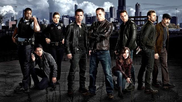 Gruppenfoto der Serien-Darsteller vor der Skyline von Chicago.