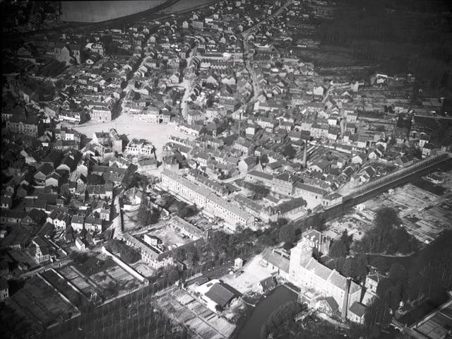 Eine Stadt von oben fotografiert.