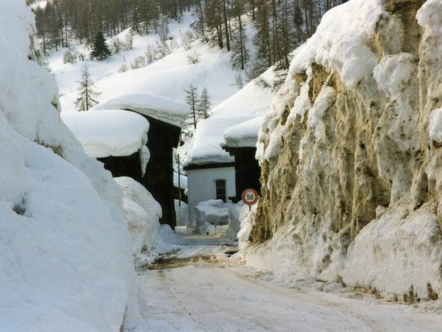 Tiefverschneites Walliser Dorf.