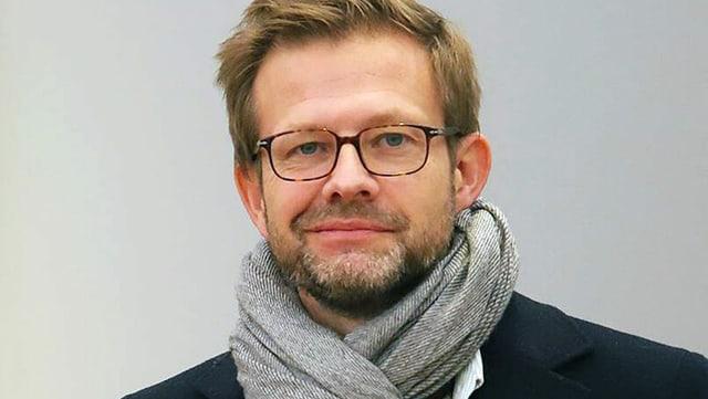 Ein Mann mit Brille