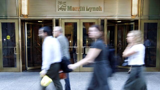 Passanten gehen an Merrill-Lynch-Gebäude in New York vorbei. (reuters)