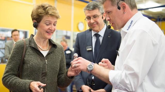 Bundesrätin Simonetta Sommaruga begutachtet bei ihrem Besuch in der Firma Fraisa ein Produkt.
