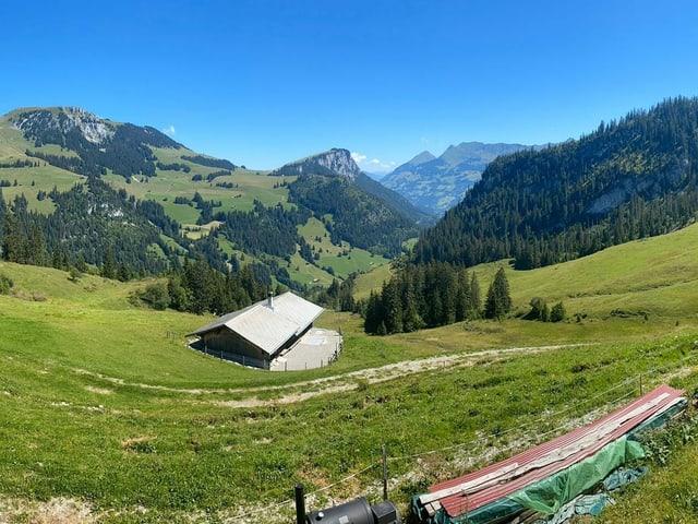 Ausblick auf eine Alphütte.