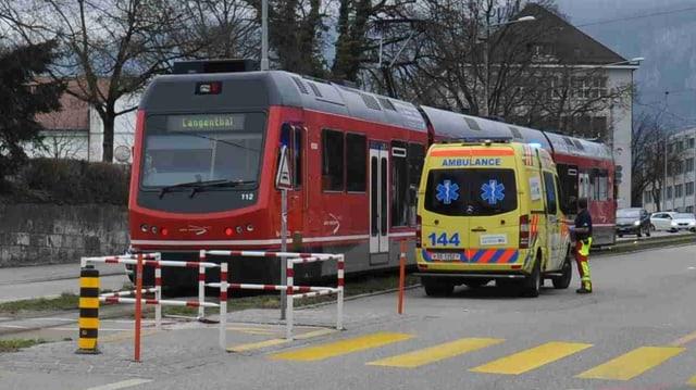 Zug und Rettungswagen