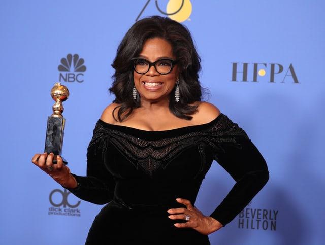 Oprah posiert mit ihrem Golden Globe