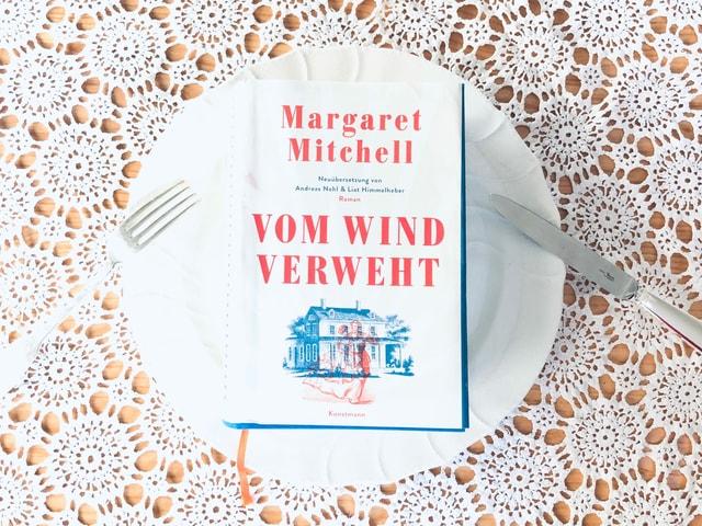 Der Roman «Vom Wind verweht»  liegt auf einem festlich gedeckten Tisch.