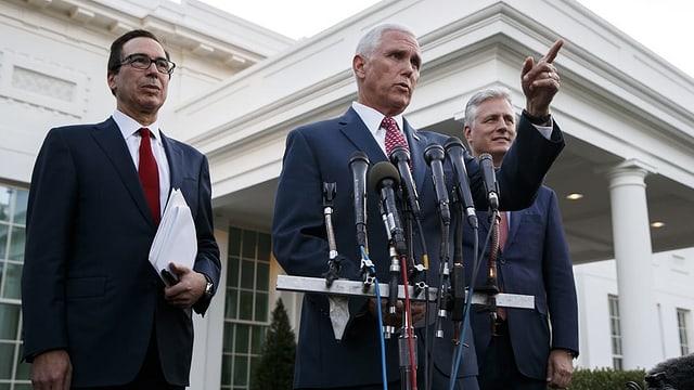 US-Vize-Präsident Mike Pence spricht vor den Medien.