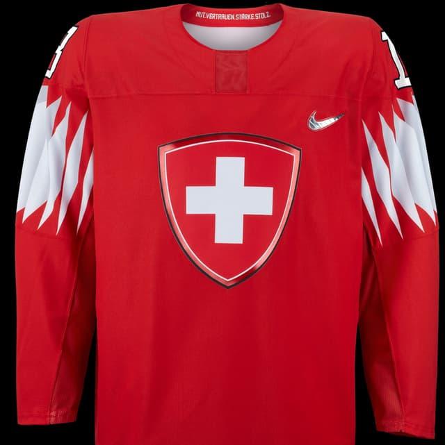 Das Schweizer Kreuz als Schild auf rotem Grund und «Mut. Vertrauen. Stärke. Stolz.»geschrieben im Kragen - das Nati-Trikot für die olympischen Witnerspiele..