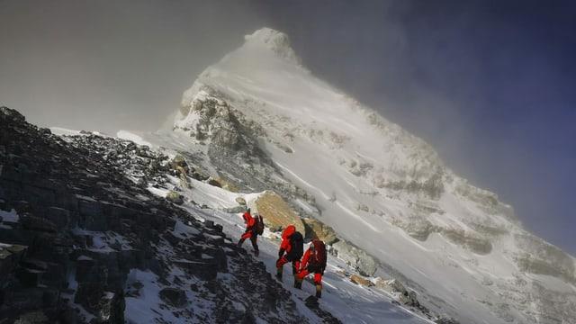 Drei Bergsteiger auf dem Weg zum Gipfel des Himalayas.