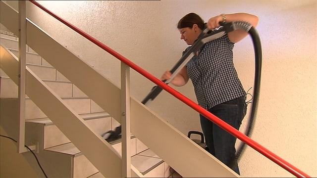 Frau putzt Treppe
