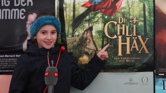 Kind vor Plakat