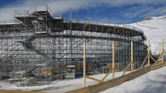 La tribuna en la regiun d'arrivada al campiunadi mundial da skis a San Murezzan è quasi pronta