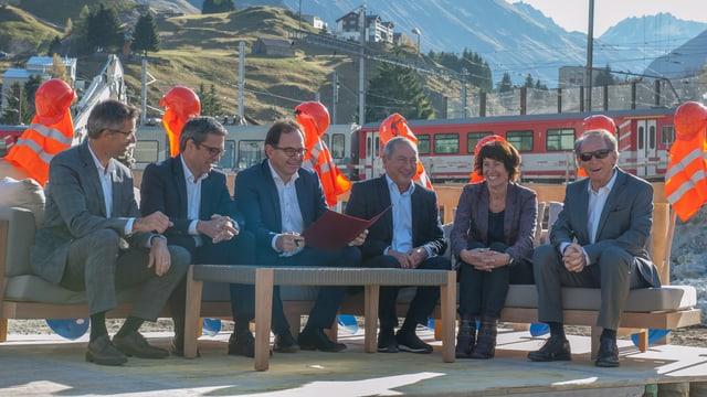 Contract da fundaziun da la Andermat Central SA vegn suttascrits. Franz-Xaver Simmen (CEO ASA), Markus Schmid (CEO Schmid), Fernando Lehner (CEO BVZ), Samih O. Sawiris (pres. cuss. adm. ASA), Alice Kalbermatter (CFO BVZ), Hans Schmid (pres. cuss. adm. Schmid)