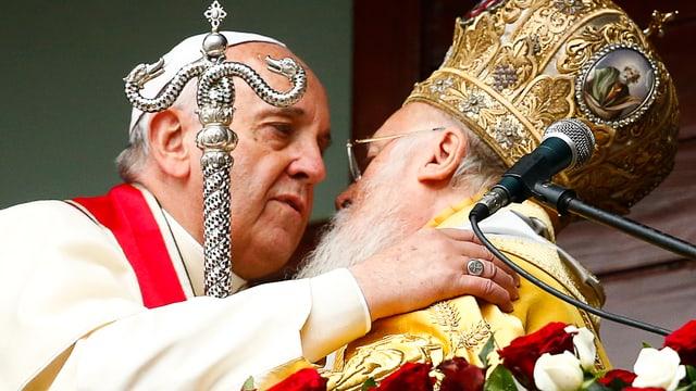 Papst Franziskus (links) umarmt den orthodoxen Patriarch Bartholomäus (rechts)