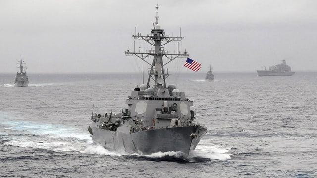 bastiment da guerra american patrugliescha en la mar