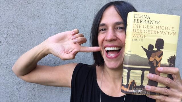 Annette König zeigt das neapolitanische Zeichen für «Das ist das Beste vom Besten». Gemeint «Die Geschichte der getrennten Wege» von Elena Ferrante