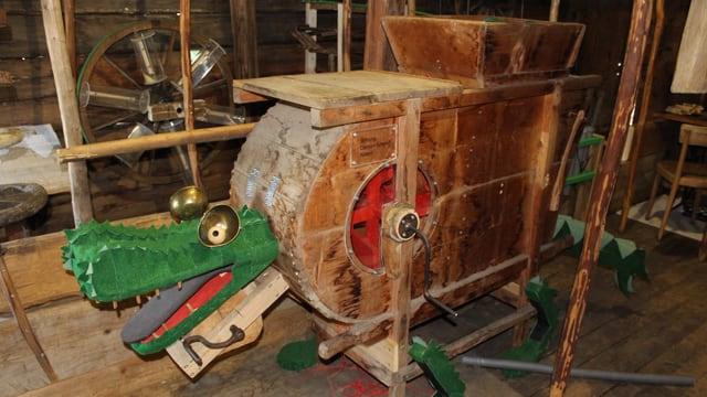 Drache aus Holzelementen