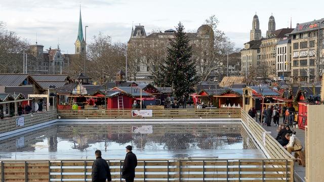 Blick auf das Eisfeld des neuen Weihnachtsmarktes auf dem Sechseläutenplatz.
