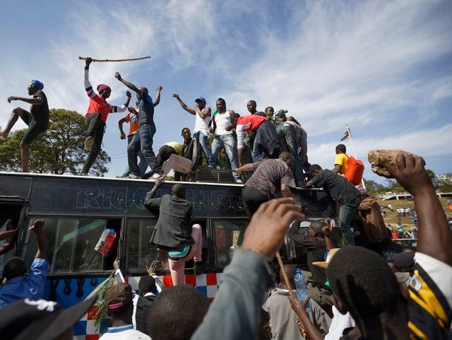 Männer demonstrieren auf einem Bus in Nairobi.