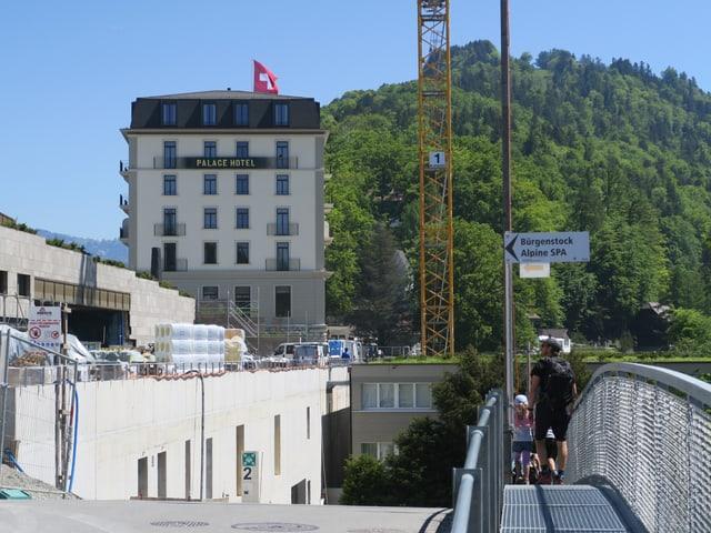 Hotelanlage mit Baukran und unfertigen Bauten nebenan.