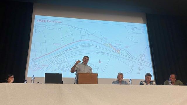 Il president communal Hans Andrea Fontana declera il project.