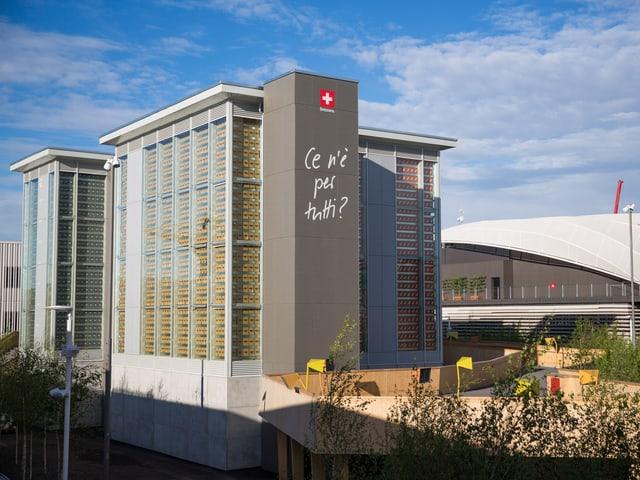 Der fertig gebaute Schweizer Pavillon an der Expo 2015 mit zwei der vier Türme
