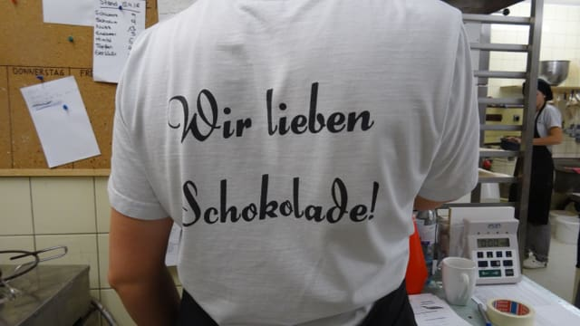 Slogan «Wir lieben Schokolade» sin in t-shirt