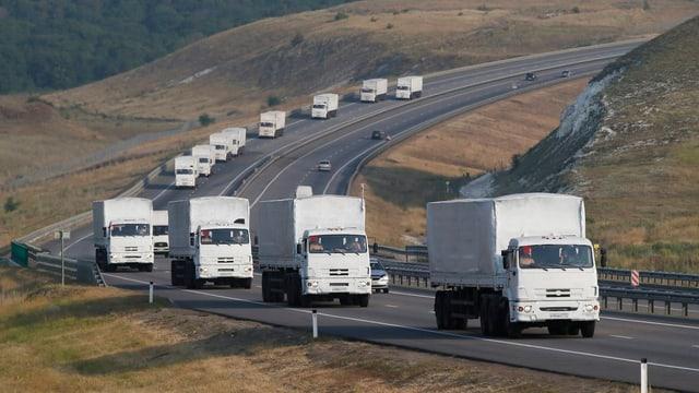 Der russische Hilfskonvoi fährt durch die Rostov-Region in Russland