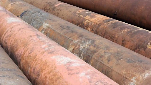 Mehrere Rohrleitungen liegen nebeneinander.