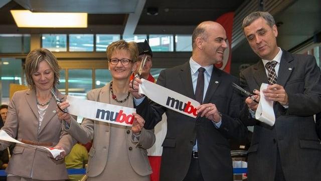 Nationalratspräsidentin Maya Graf, Baselbieter Regierungspräsidentin Sabine Pegoraro, Bundesrat Alain Berset und Basler Regierungspräsident Guy Morin posieren, nachdem sie das Band zur Muba-Eröffnung durchschnitten haben.