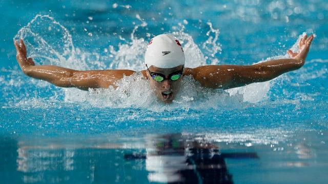 Ein Schwimmer beim Delphin-Crawl.