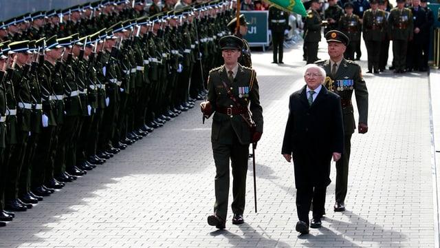 Il president da l'Irlanda, Michael Higgins, passa la parada da militar.
