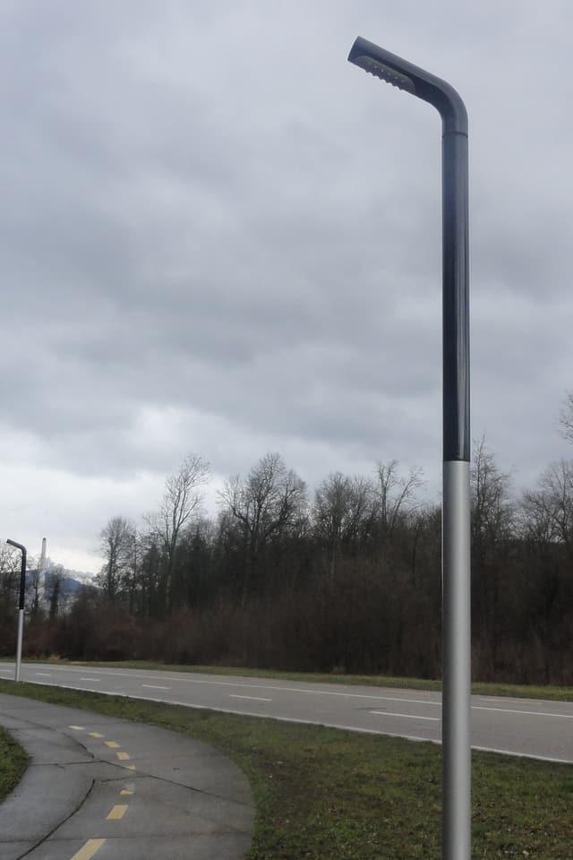 Eine LED-Strassenleuchte an einem Veloweg.