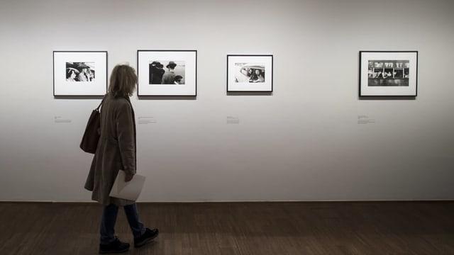 Besucher in einer Ausstellung des Fotografen Robert Frank in Wien.