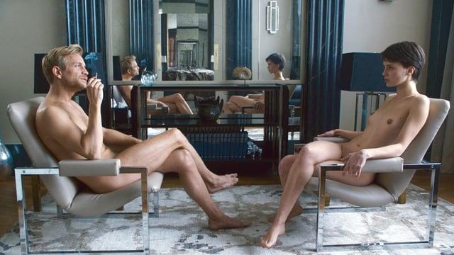 Ein Mann und eine Frau sitzen nackt in zwei Sesseln. Im Hintergrund spiegeln sie sich mehrfach.