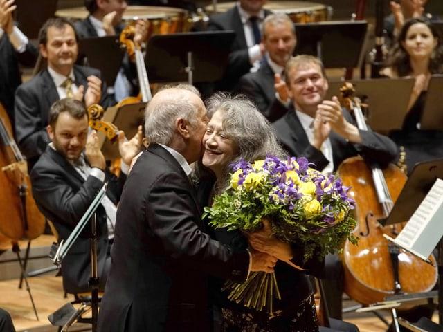 Martha Argerich und Daniel Barenboim geniessen den Applaus nach einem Konzert.