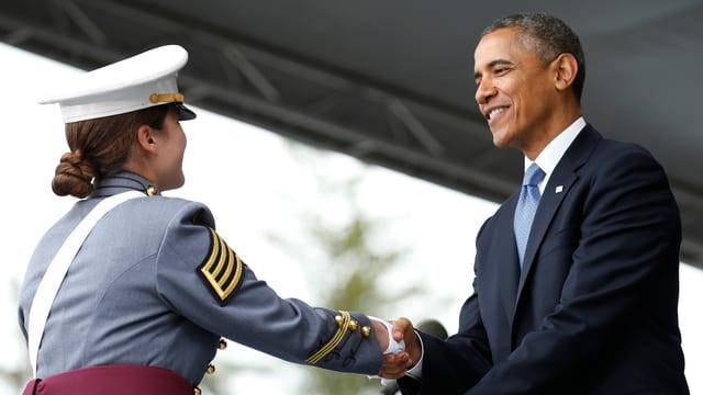 Obama gratuliert einer frischgebackenen Absolventin.