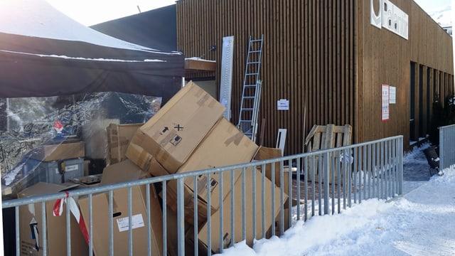 Kartonschachteln vor Gebäude