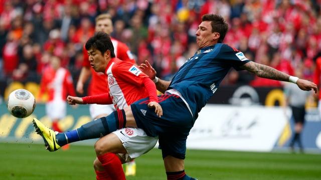 Mario Mandzukic im Zweikampf mit Joo-Ho Park.